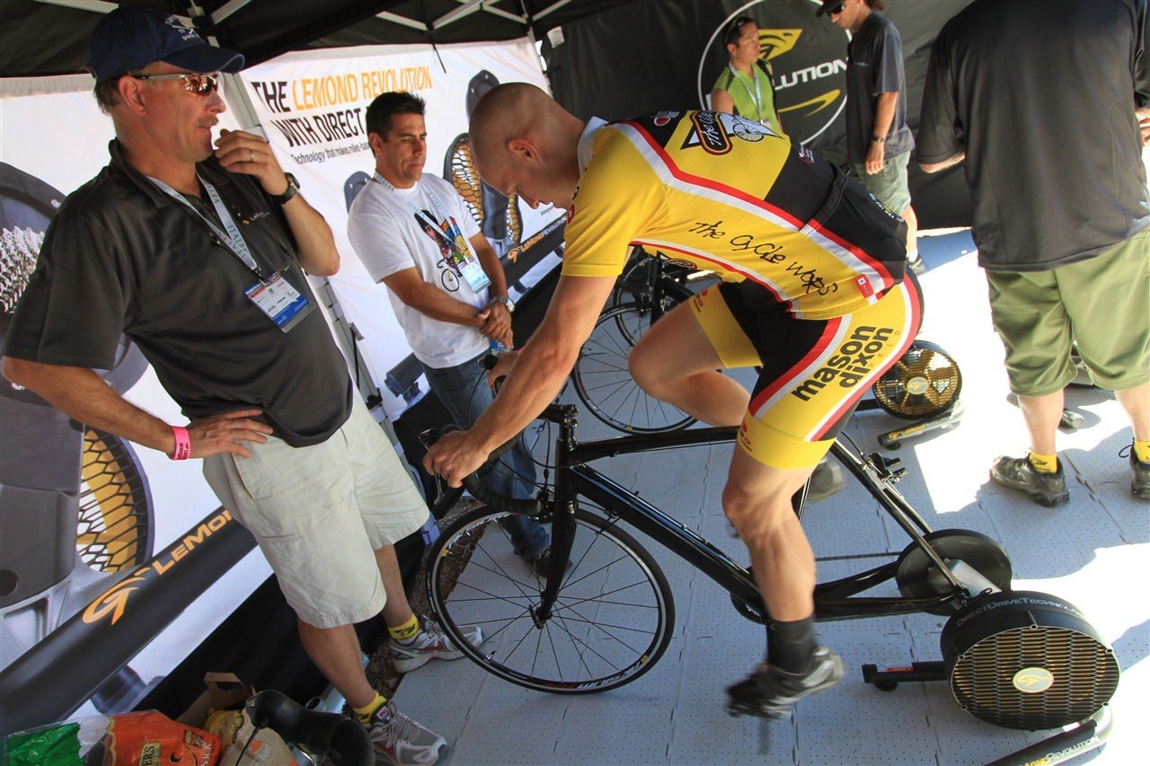 Un ciclista pofesional encima de un rodillo de transmisión directa